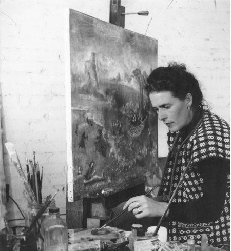 Photo de l'artiste Leonara Carrington en train de peindre